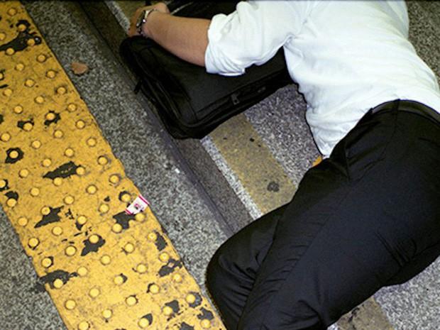 Chùm ảnh về các doanh nhân ngủ trên đường phố mô tả chân thực về văn hóa làm việc khắc nghiệt nhất thế giới của Nhật Bản - Ảnh 28.