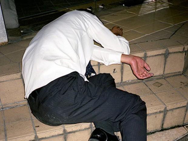 Chùm ảnh về các doanh nhân ngủ trên đường phố mô tả chân thực về văn hóa làm việc khắc nghiệt nhất thế giới của Nhật Bản - Ảnh 29.