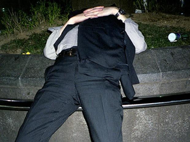 Chùm ảnh về các doanh nhân ngủ trên đường phố mô tả chân thực về văn hóa làm việc khắc nghiệt nhất thế giới của Nhật Bản - Ảnh 33.
