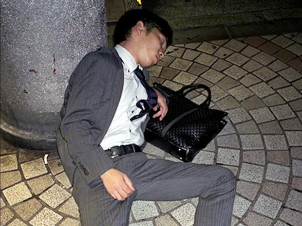 Chùm ảnh về các doanh nhân ngủ trên đường phố mô tả chân thực về văn hóa làm việc khắc nghiệt nhất thế giới của Nhật Bản - Ảnh 37.