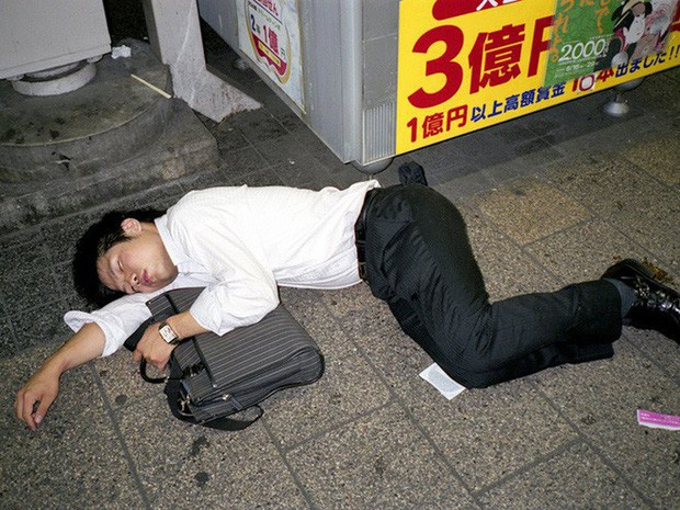 Chùm ảnh về các doanh nhân ngủ trên đường phố mô tả chân thực về văn hóa làm việc khắc nghiệt nhất thế giới của Nhật Bản - Ảnh 39.