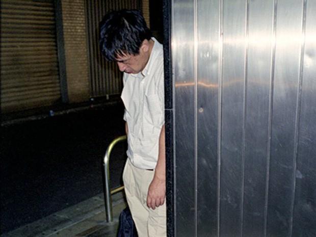 Chùm ảnh về các doanh nhân ngủ trên đường phố mô tả chân thực về văn hóa làm việc khắc nghiệt nhất thế giới của Nhật Bản - Ảnh 40.