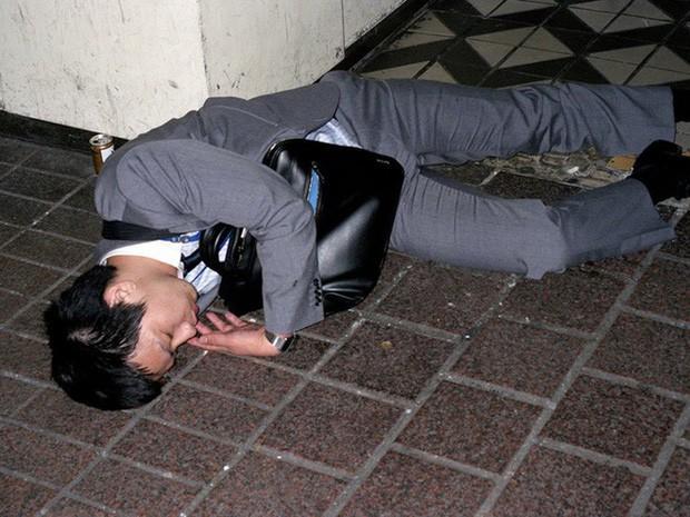 Chùm ảnh về các doanh nhân ngủ trên đường phố mô tả chân thực về văn hóa làm việc khắc nghiệt nhất thế giới của Nhật Bản - Ảnh 41.