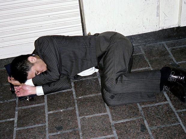 Chùm ảnh về các doanh nhân ngủ trên đường phố mô tả chân thực về văn hóa làm việc khắc nghiệt nhất thế giới của Nhật Bản - Ảnh 47.