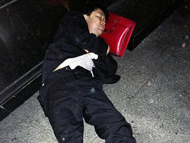 Chùm ảnh về các doanh nhân ngủ trên đường phố mô tả chân thực về văn hóa làm việc khắc nghiệt nhất thế giới của Nhật Bản - Ảnh 58.