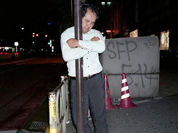 Chùm ảnh về các doanh nhân ngủ trên đường phố mô tả chân thực về văn hóa làm việc khắc nghiệt nhất thế giới của Nhật Bản - Ảnh 60.