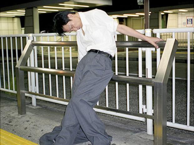 Chùm ảnh về các doanh nhân ngủ trên đường phố mô tả chân thực về văn hóa làm việc khắc nghiệt nhất thế giới của Nhật Bản - Ảnh 7.