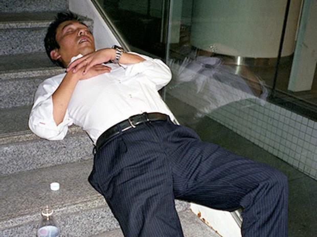 Chùm ảnh về các doanh nhân ngủ trên đường phố mô tả chân thực về văn hóa làm việc khắc nghiệt nhất thế giới của Nhật Bản - Ảnh 10.