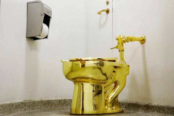 Bồn cầu bằng vàng trị giá 139 tỷ đồng bị đánh cắp - Ảnh 2.