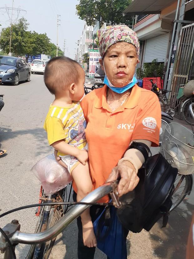 Vụ bé trai 3 tuổi bị bỏ quên trên xe ô tô: Cơ sở mầm non đóng cửa, nhiều phụ huynh hoang mang khi nghe tin - Ảnh 3.