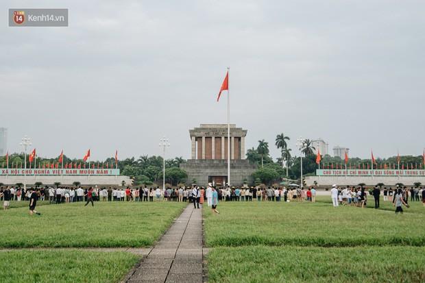 Hà Nội của sớm mai ngày Tết Độc lập: Buổi lễ chào cờ thiêng liêng trước Quảng trường Ba Đình, đường phố bình yên nhẹ nhàng - Ảnh 1.