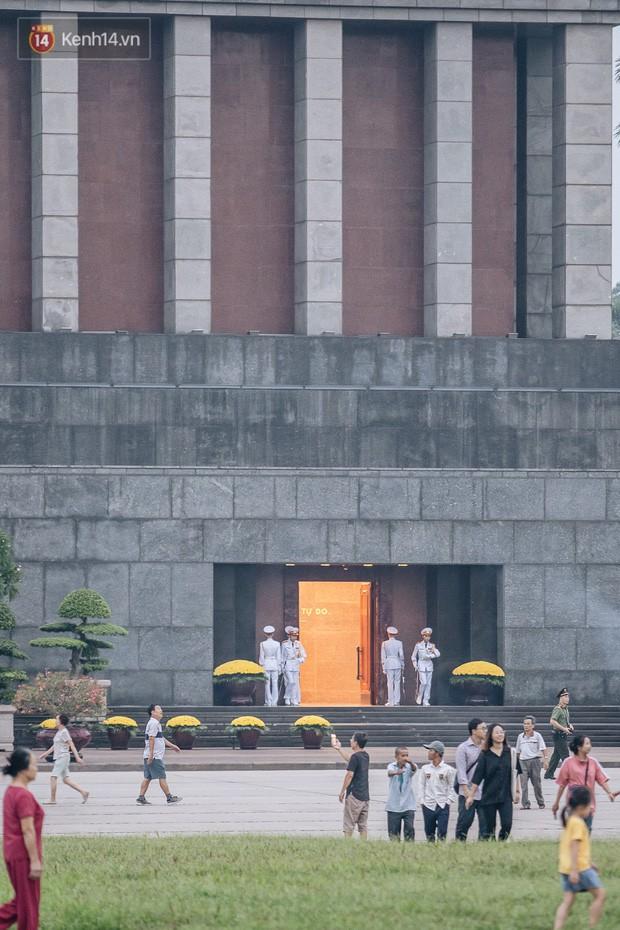 Hà Nội của sớm mai ngày Tết Độc lập: Buổi lễ chào cờ thiêng liêng trước Quảng trường Ba Đình, đường phố bình yên nhẹ nhàng - Ảnh 2.