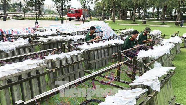 'Đột kích' trận địa pháo hoa mừng Quốc khánh trước giờ khai hỏa ở TPHCM  - Ảnh 1.