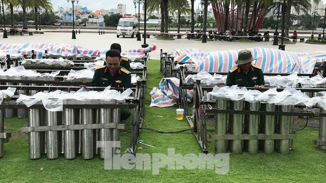 'Đột kích' trận địa pháo hoa mừng Quốc khánh trước giờ khai hỏa ở TPHCM  - Ảnh 2.