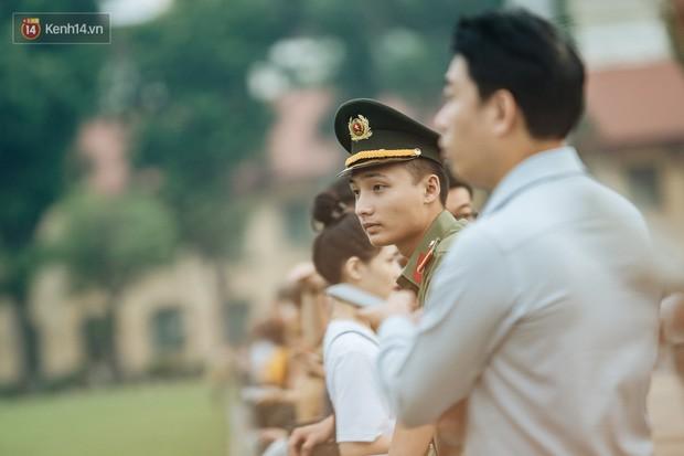 Hà Nội của sớm mai ngày Tết Độc lập: Buổi lễ chào cờ thiêng liêng trước Quảng trường Ba Đình, đường phố bình yên nhẹ nhàng - Ảnh 12.