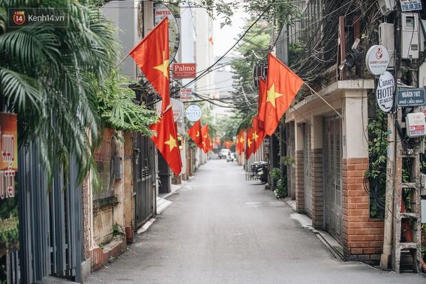 Hà Nội của sớm mai ngày Tết Độc lập: Buổi lễ chào cờ thiêng liêng trước Quảng trường Ba Đình, đường phố bình yên nhẹ nhàng - Ảnh 18.