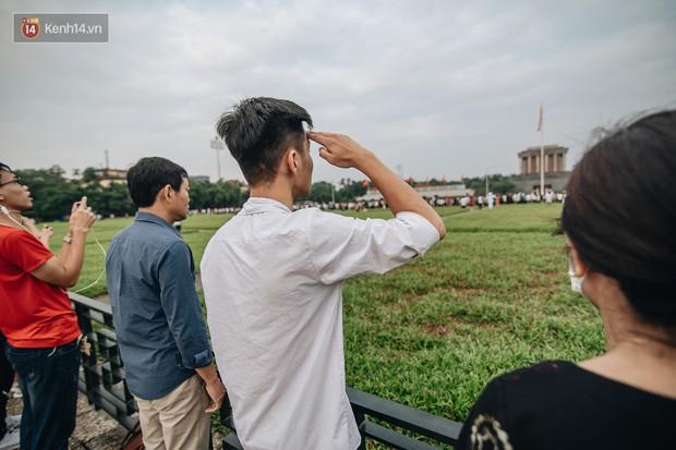 Hà Nội của sớm mai ngày Tết Độc lập: Buổi lễ chào cờ thiêng liêng trước Quảng trường Ba Đình, đường phố bình yên nhẹ nhàng - Ảnh 8.