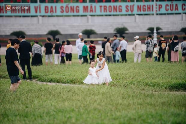 Hà Nội của sớm mai ngày Tết Độc lập: Buổi lễ chào cờ thiêng liêng trước Quảng trường Ba Đình, đường phố bình yên nhẹ nhàng - Ảnh 9.