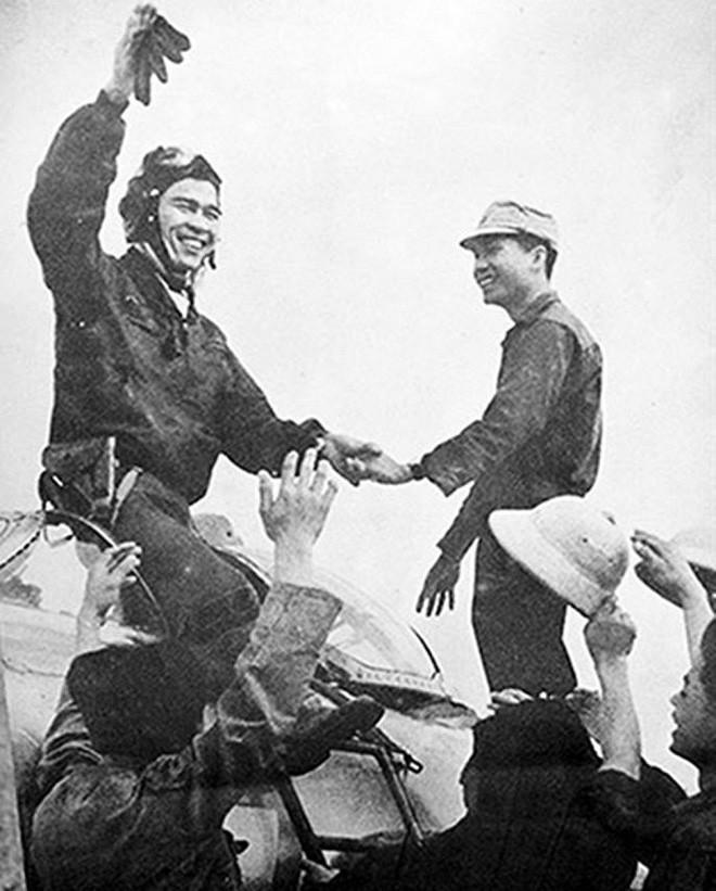 Kết quả hình ảnh cho Đại tá phi công Anh hùng LLVT Nguyễn Văn Bảy trong lần xuất kích thắng lợi trở về