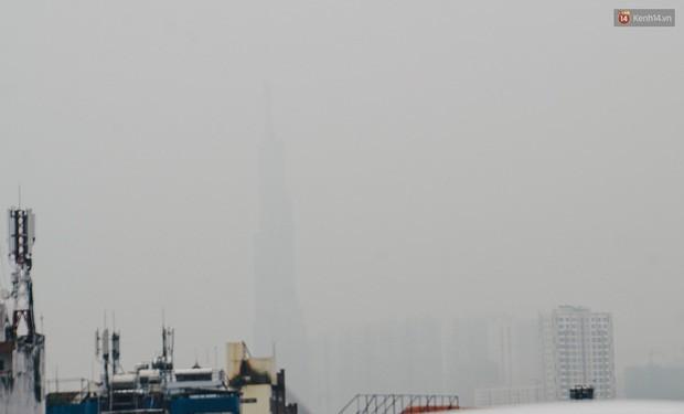 Ảnh: Sài Gòn bị bao phủ một màu trắng đục từ sáng đến trưa, người dân cay mắt khi đi ngoài trời - Ảnh 2.
