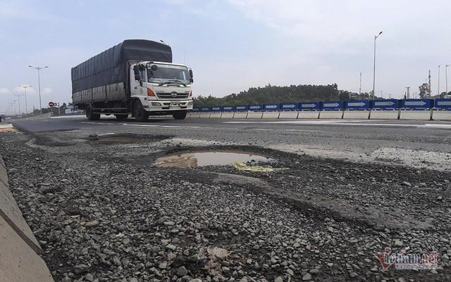 Ổ gà, ổ voi tái xuất trên cao tốc 34.000 tỷ Đà Nẵng - Quảng Ngãi  - Ảnh 1.