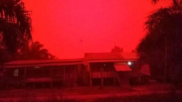 Những đợt cháy rừng tồi tệ khiến bầu trời ở Indonesia chuyển màu đỏ như máu - Ảnh 2.
