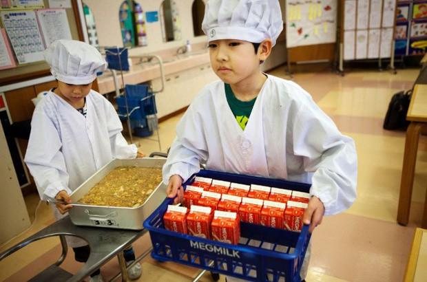 Tận mắt chứng kiến bữa trưa của học sinh Nhật Bản, càng thêm ngưỡng mộ đất nước này đối với thế hệ tương lai - Ảnh 1.