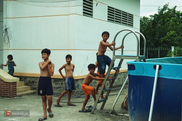 Bà Sáu Thia, người 17 năm dạy bơi miễn phí cho hàng ngàn trẻ em vùng sông nước - Ảnh 13.