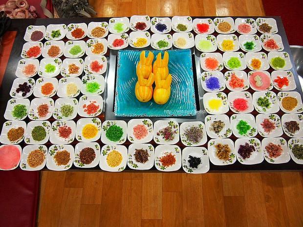 Người Hàn cầu kì thứ hai thì không ai dám nhất: Nướng một miếng thịt, bày 300 đĩa panchan ăn kèm - Ảnh 1.