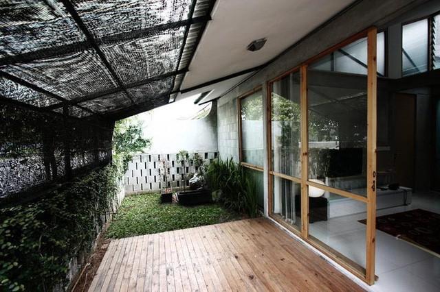 Nhà cấp 4 có nét đẹp thanh xuân từ cây cỏ phủ xanh bê tông thô cứng với chi phí 345 triệu - Ảnh 1.