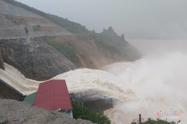 Mưa lớn suốt 2 ngày, thủy điện xả lũ, hàng trăm dân Hà Tĩnh bị cô lập - Ảnh 2.