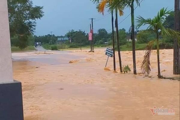 Mưa lớn suốt 2 ngày, thủy điện xả lũ, hàng trăm dân Hà Tĩnh bị cô lập - Ảnh 3.