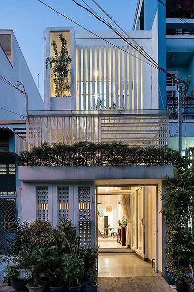 Ngôi nhà nằm sâu trong hẻm ở Sài Gòn đẹp ngỡ ngàng - Ảnh 1.