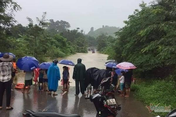 Mưa lớn suốt 2 ngày, thủy điện xả lũ, hàng trăm dân Hà Tĩnh bị cô lập - Ảnh 14.