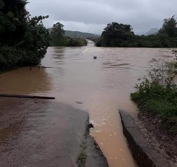 Mưa lớn suốt 2 ngày, thủy điện xả lũ, hàng trăm dân Hà Tĩnh bị cô lập - Ảnh 10.