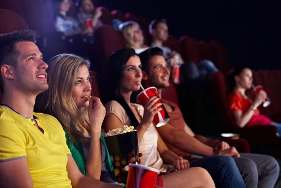 Vì sao tất cả các rạp chiếu phim trên thế giới đều bán bắp rang bơ? - Ảnh 1.