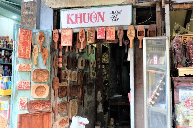 Bảng hiệu kiệm lời và câu chuyện kinh doanh lạ của ông chủ hàng khuôn bánh phố cổ Hà Nội - Ảnh 1.