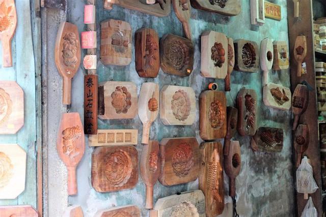 Bảng hiệu kiệm lời và câu chuyện kinh doanh lạ của ông chủ hàng khuôn bánh phố cổ Hà Nội - Ảnh 2.