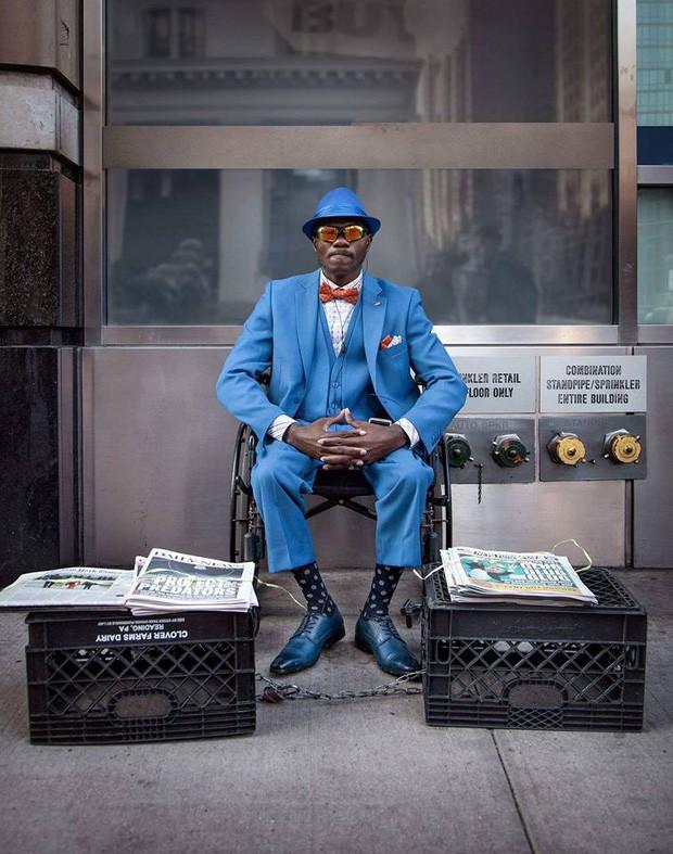 Mặc vest đi giày Tây bán báo, chàng trai vô gia cư trở thành người giàu sở hữu nhà giữa New York - Ảnh 1.