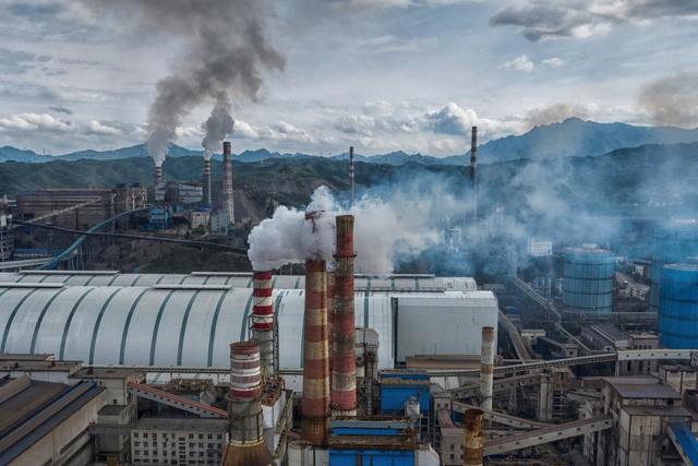 Nỗi đau dông dài của Trung Quốc: Nỗ lực phát triển nhà máy chạy năng lượng xanh, không ngờ phải trả giá bằng sự trượt dốc của nền kinh tế - Ảnh 4.