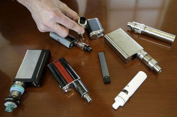 Năm người chết sau khi hút thuốc lá điện tử: Mỹ khuyến cáo người dân ngừng sử dụng loại hình thuốc lá này - Ảnh 2.
