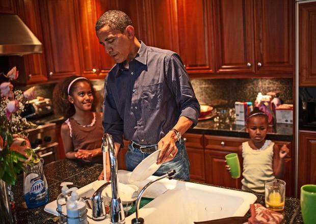 - photo 1 1567992120591813258548 - Những bức ảnh đời thường của vợ chồng Obama ngày xưa: Đôi giày rách gắn bó một thời với cựu Tổng thống Mỹ hóa ra có ý nghĩa đặc biệt