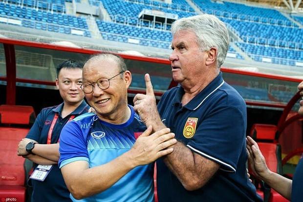 HLV Guus Hiddink vừa ôm chặt thầy Park, vừa tâm sự cùng các cầu thủ U22 Việt Nam: Tôi rất tự hào về HLV của các bạn - Ảnh 1.
