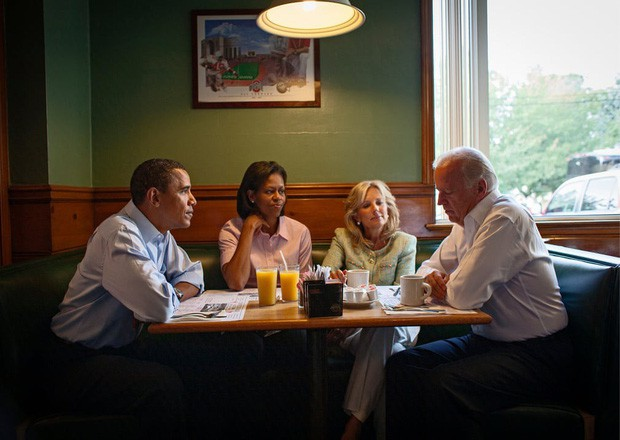 - photo 8 15679921206071579432002 - Những bức ảnh đời thường của vợ chồng Obama ngày xưa: Đôi giày rách gắn bó một thời với cựu Tổng thống Mỹ hóa ra có ý nghĩa đặc biệt