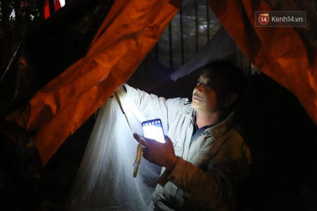 Ảnh: Dựng lều, thức trắng đêm trông đào, quất lộ thiên tại Hà Nội - Ảnh 2.