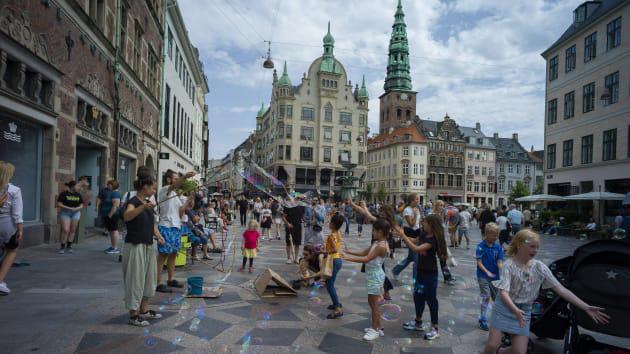 Vì sao Đan Mạch, Phần Lan hạnh phúc nhất thế giới? - Ảnh 1.