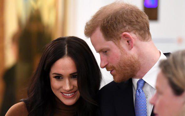 Hé lộ thông tin Nữ hoàng từng nhún nhường cháu dâu Meghan Markle, đích thân gọi điện thoại hỏi thăm nhưng bị đối xử phũ phàng  - Ảnh 2.