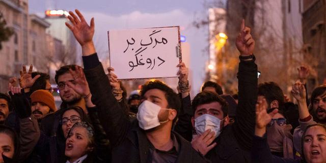 Biểu tình rung chuyển Iran: Vừa mới đoàn kết vì Mỹ, người dân lại chia rẽ vì quyết định rúng động của IRGC - Ảnh 2.