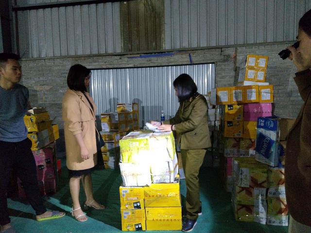 Thu giữ hơn 1 tấn bánh kẹo phục vụ Tết không rõ nguồn gốc trong kho chứa hàng tại Lào Cai  - Ảnh 1.