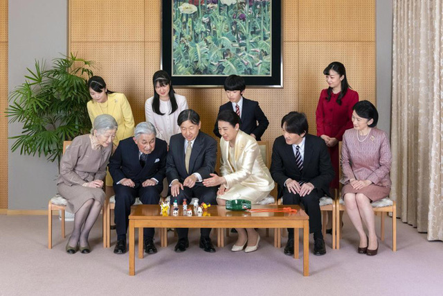 Hoàng gia Nhật công bố ảnh chụp đại gia đình chào mừng năm mới 2020, gây chú ý nhất là màn đọ sắc của 3 nàng công chúa - Ảnh 1.